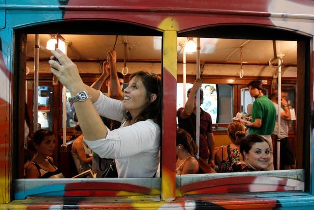 Miles de personas se despidieron hoy de los centenarios vagones de la línea A