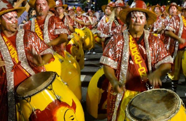 El candombe es un ritmo presente en los carnavales de Montevideo