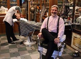 Miguel Barnes, dueño de una barbería-museo