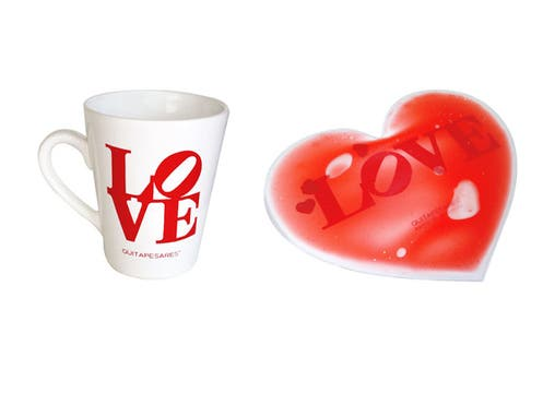 Quitapesares ofrece varios regalitos para el escritorio: taza cónica Love ($ 32) y mouse pad en forma de corazón ($30); en Alto Palermo y Paseo Alcorta. Foto: lanacion.com