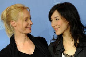 Feo Aladag junto a la protagonista de La extraña, Sibel Kekilli