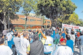 Ayer al mediodía, después de 12 horas de bloqueo, los manifestantes permitieron la salida de camiones en la planta de Clarín