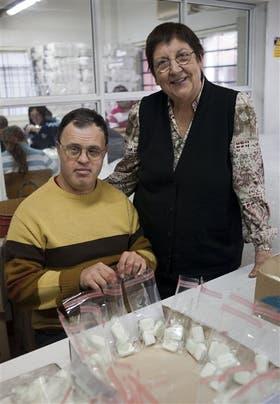 María Busconi, presidenta del TallerProtegido Barrio Parque Quirno, enHurlingham, junto a su hijo Luis