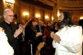 Ravi Shankar en 2006, cuando fue recibido por el entonces jefe de Gobierno porteño, Jorge Telerman, y otras autoridades políticas nacionales