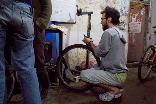 Un joven trata de arreglar su bicicleta. Foto: LA NACION / Matías Aimar