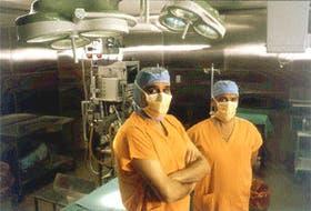 El doctor Roberto Favaloro y el doctor Eduardo Raimondi en su hábitat natural: un quirófano de la Fundación Favaloro