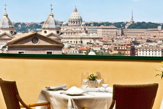 El restaurante se ubica en la terraza y ofrece una exclusiva vista de la ciudad eterna. Foto: Hotel Eden