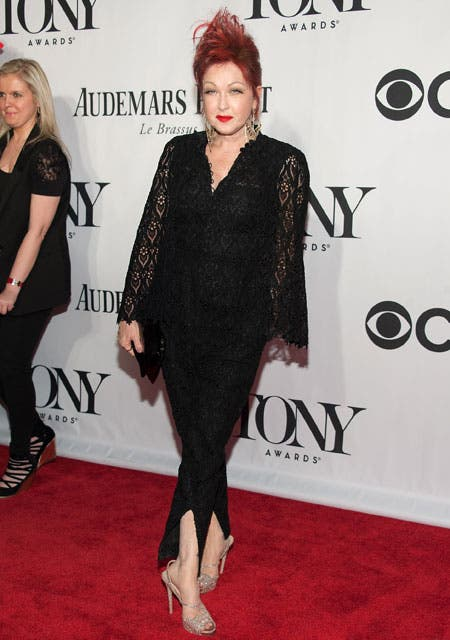 Cyndi Lauper, la gran ganadora de la noche, eligió un conjunto negro, con encaje y transparencias. Foto: /Getty Images