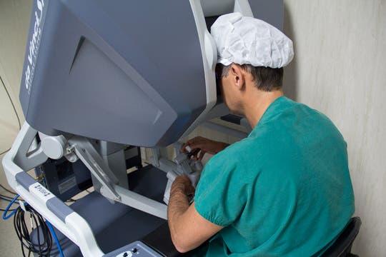 La consola ergonométrica y confortable permite una mejor performance de la intervención quirúrgica. Foto: LA NACION / Sebastián Rodeiro