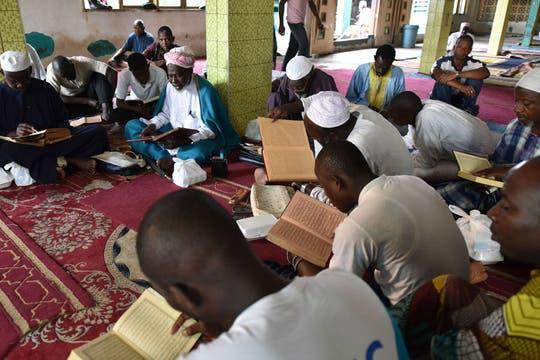 Lectura del Corán en la Gran Mezquita de Koumassi,  Abidjan, Costa de Marfil. Foto: AFP