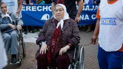 """Con la presencia de Hebe de Bonafini, se realiza la """"marcha de la resistencia"""" en Plaza de Mayo"""