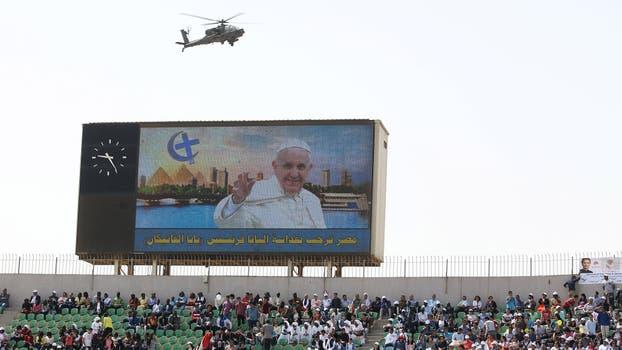 Perros, drones, helicópteros y miltares de la temida guardia republicana con pasamontañas y armados hasta los dientes custodiaron el estadio donde Francisco celebró misa.