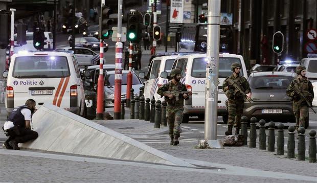 Militares y policías, ayer, al patrullar la zona de la estación central en Bruselas