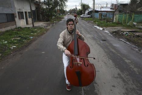 El contrabajista Jonathan Martínez, de 24 años, en una de las calles de su barrio
