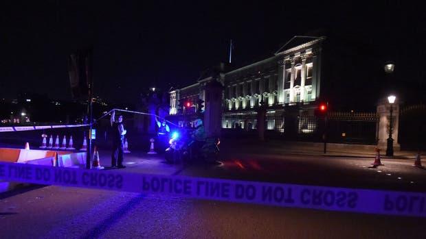 Cordon policial delante del Palacio de Buckingham de Londres, Reino Unido, después de que se produjera un incidente con cuchillo contra policías