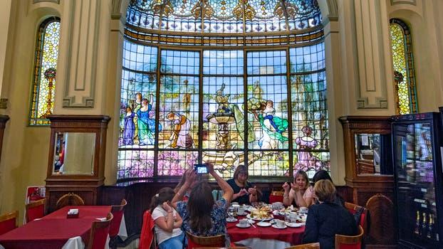 Los imponentes vitrales son un sello característico de Las Violetas. Foto: LA NACION / Ignacio Sánchez