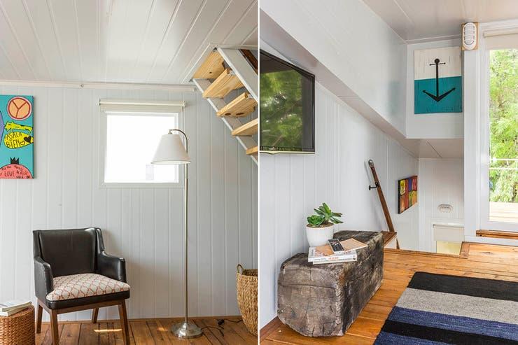 Sobre la escalera que va al dormitorio, un cuadro de ancla remite a la temática marina. La puerta contigua es el acceso a un pequeño deck