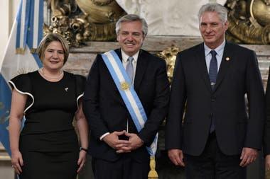 Alberto Fernández junto al presidente de Cuba, Miguel Díaz Canel, y su esposa