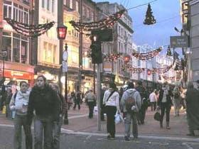 "En la peatonal Grafton, la ""Florida"" de la capital irlandesa, la Navidad comenzó hace semanas"