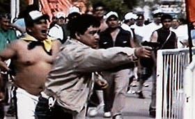 El momento más dramático: un allegado a Moyano, identificado como Emilio Quiroz, efectúa varios disparos