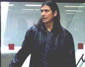 Angel Comizzo llega a las oficinas de River para firmar el contrato que lo une con River