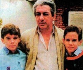 Los mellizos Reggiardo Tolosa con el subcomisario Miara antes del descubrimiento de la apropiación