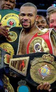 Todas las coronas para el rey: los cinturones de campeón cubren la figura de Roy Jones Jr.; el monarca semipesado es un verdadero superatleta