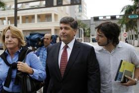 Visiblemente más delgado, Antonini (centro) ingresa en los tribunales de Miami