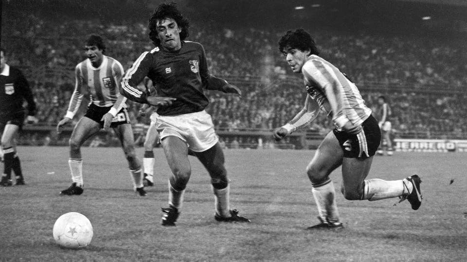 8-8-1979: un partido contra Bolivia en el que jugó con el inusual número 6. Foto: LA NACION