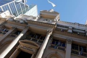 El peso argentino sufre por reducción de la reservas internacionales