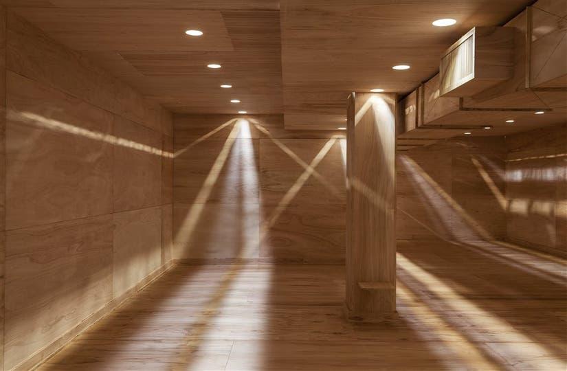 La instalación creada por Macchi y Fernández Sanz reproduce en escala 1:1 la antigua sede de la galería dentro de la nueva