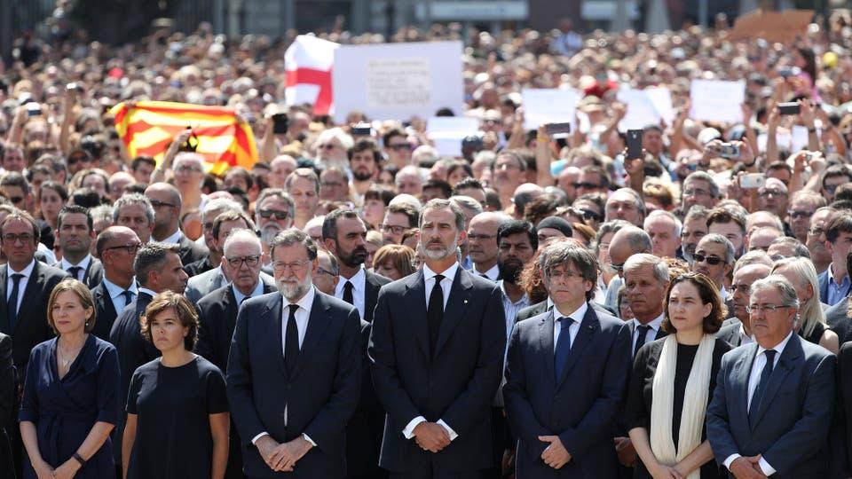 El rey Felipe de España y el primer ministro Mariano Rajoy durante un minuto de silencio en la plaza de Catalunya. Foto: AP / Sergio Pérez