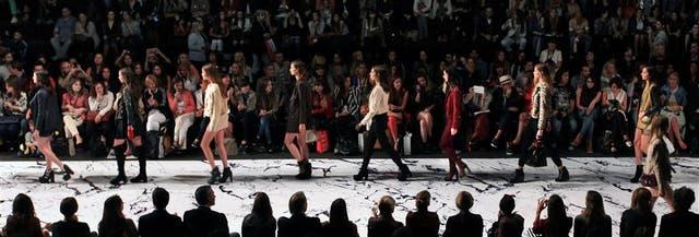 Los accesorios fueron protagonistas en el desfile de Prüne, seguido desde la primera fila por mujeres y hombres fashionistas que no perdieron detalle