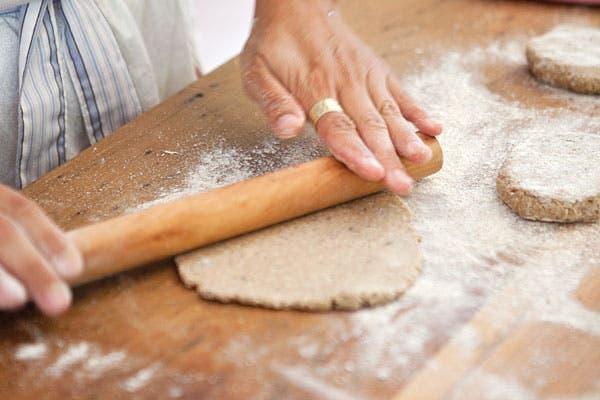 Un truquito es que cuando ya estén listas para llevar al horno, las espolvorees con un puñado de harina, así le das un look gourmet. Foto: Victoria Schiopetto. Producción de Yamila Bortnik