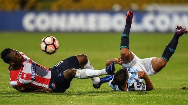 Colombia Junior, Robinson Aponza (L) Argentina Atletico Tucuman. Leonel Di Placido Copa Libertadores 2017