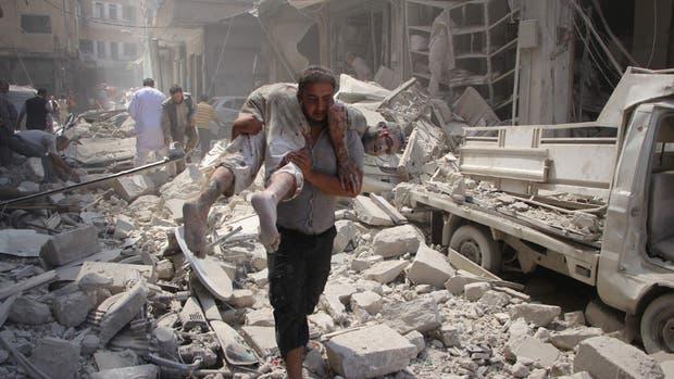 El ataque de ayer de la fuerza aérea siria en la ciudad de Idlib dejó decenas de muertos y destrozos
