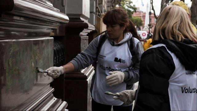 Voluntarias colaboran con la limpieza