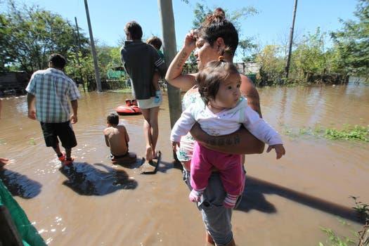 Familias esperan la llegada de ayuda. Foto: LA NACION / Ricardo Pristupluk