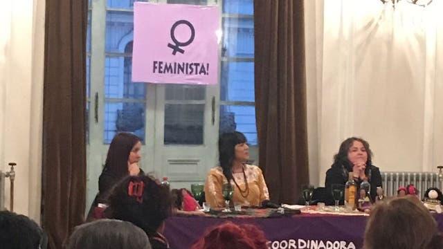 Lila en una charla con un grupo feminista en el teatro Municipal . Foto: LA NACION