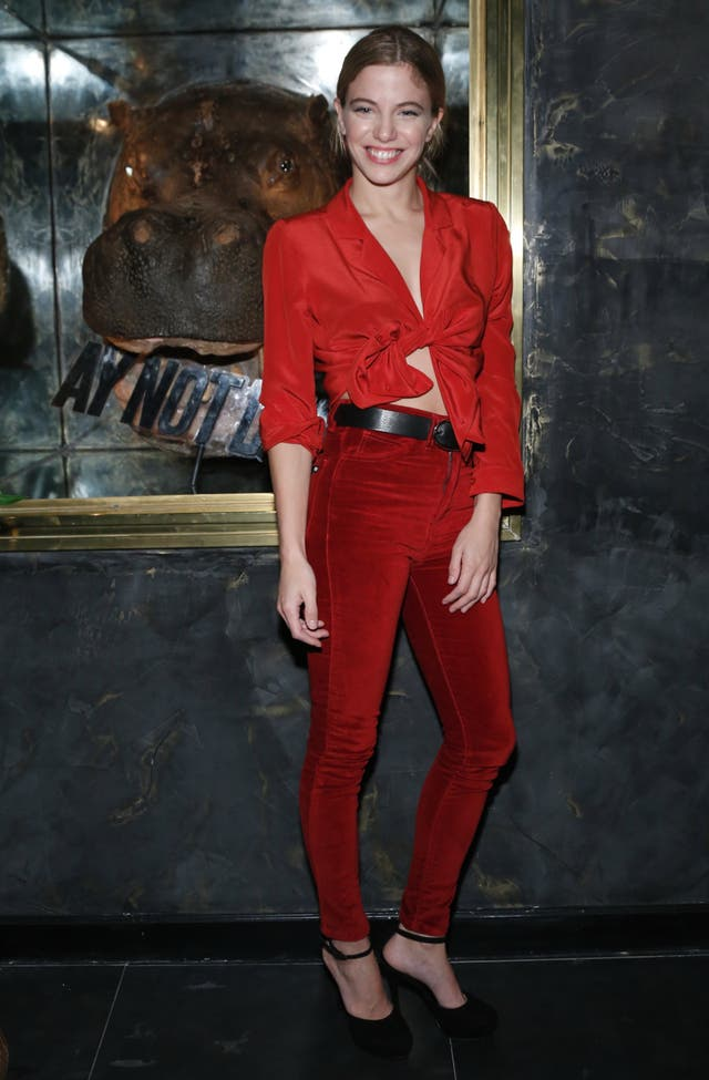 Rojo fuego. ¿Qué opinan del look de Justina Bustos?