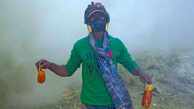 trabajadores en la recolección de azufre en el Volcán Kawah Ijen, Indonesia