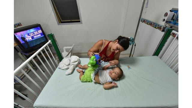 La venezolana Yelitza Viera juega con su bebé en el Hospital Universitario Erasmo Meoz de Cúcuta, departamento de Santander, Colombia