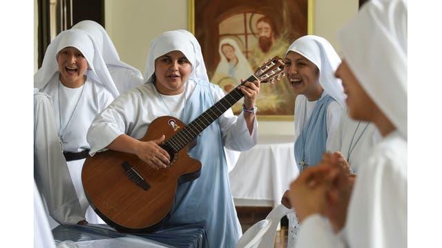 María Valentina de los Ángeles, toca la guitarra y canta junto a otras monjas en un convento en las afueras de Cali,