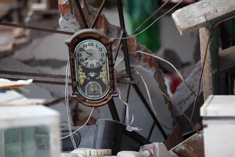 El reloj de una casa se detuvo a la hora del terremoto en Longmen, cerca del epicentro del sismo. Foto: AFP