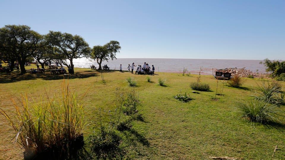 Buenos Aires estrena su primera playa natural con arena, está en la Reserva Ecológica Costanera Sur; se formó por acción del río luego de que se removieron escombros acumulados; reabre además remodelada la histórica rambla. Foto: LA NACION / Ricardo Pristupluk