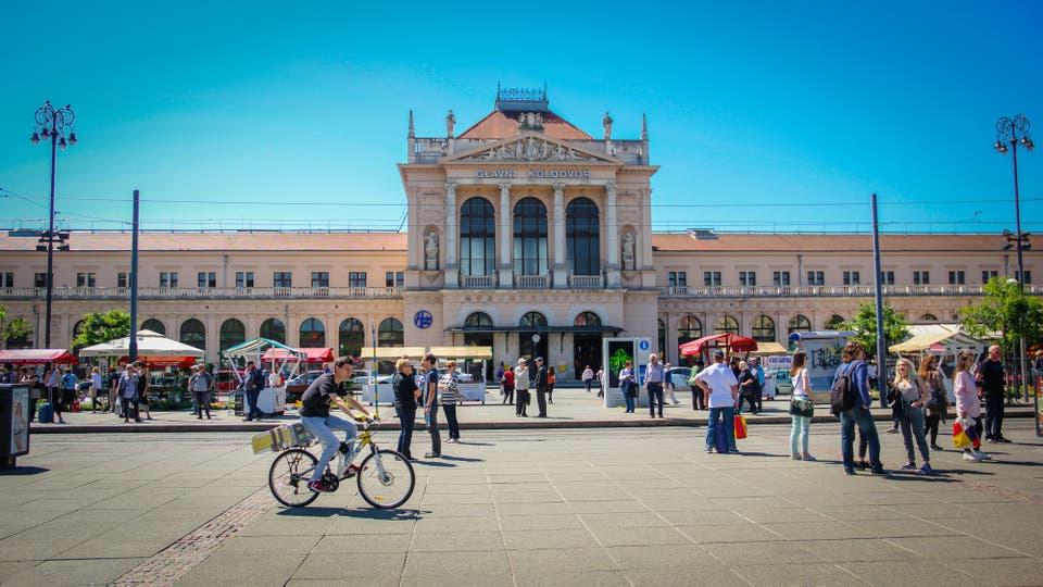 La estación de trenes de Zagreb, llamada Glavni Kolodor, construida en 1870. Se encuentra frente a la plaza del Rey Tomislav y por allí circulan cientos de personas. Un mercado de flores y los tranvías azules que transitan entre los autos le dan una característica muy particular