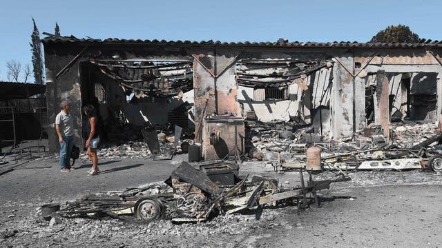 Casas y vehículos arrasados por un incendio en Bormes-les-Mimosas, en el sureste de Francia,
