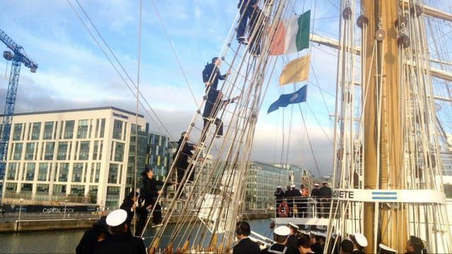 La Fragata Libertad atracó esta mañana en el puerto de Dublin