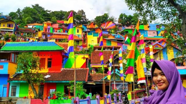"""La aldea """"arco iris"""" era un pueblo más antes de ser pintada"""