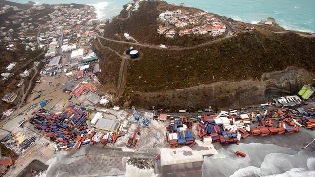 Los contenedores del puerto de Saint Matin fueron arrasados por el poder del agua y el viento